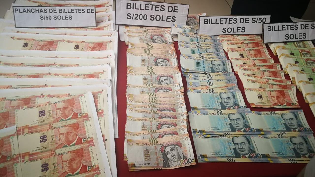 En la vivienda se encontraron 156 mil 780 soles en billetes falsos.