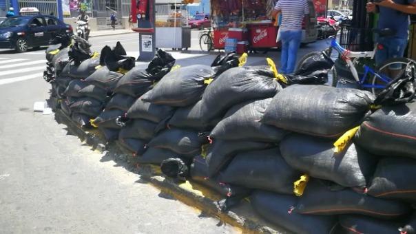 Por temor de nuevos huaicos, vecinos colocaron barricadas en pleno centro histórico de Trujillo.