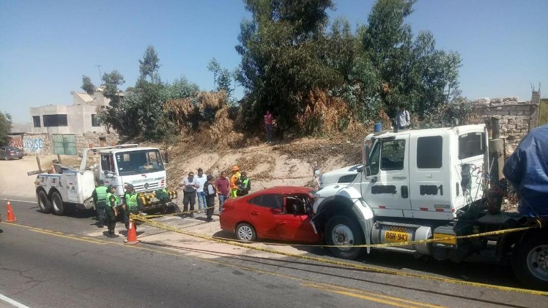 Vehículo invadió carril contrario y chocó contra un trailer.