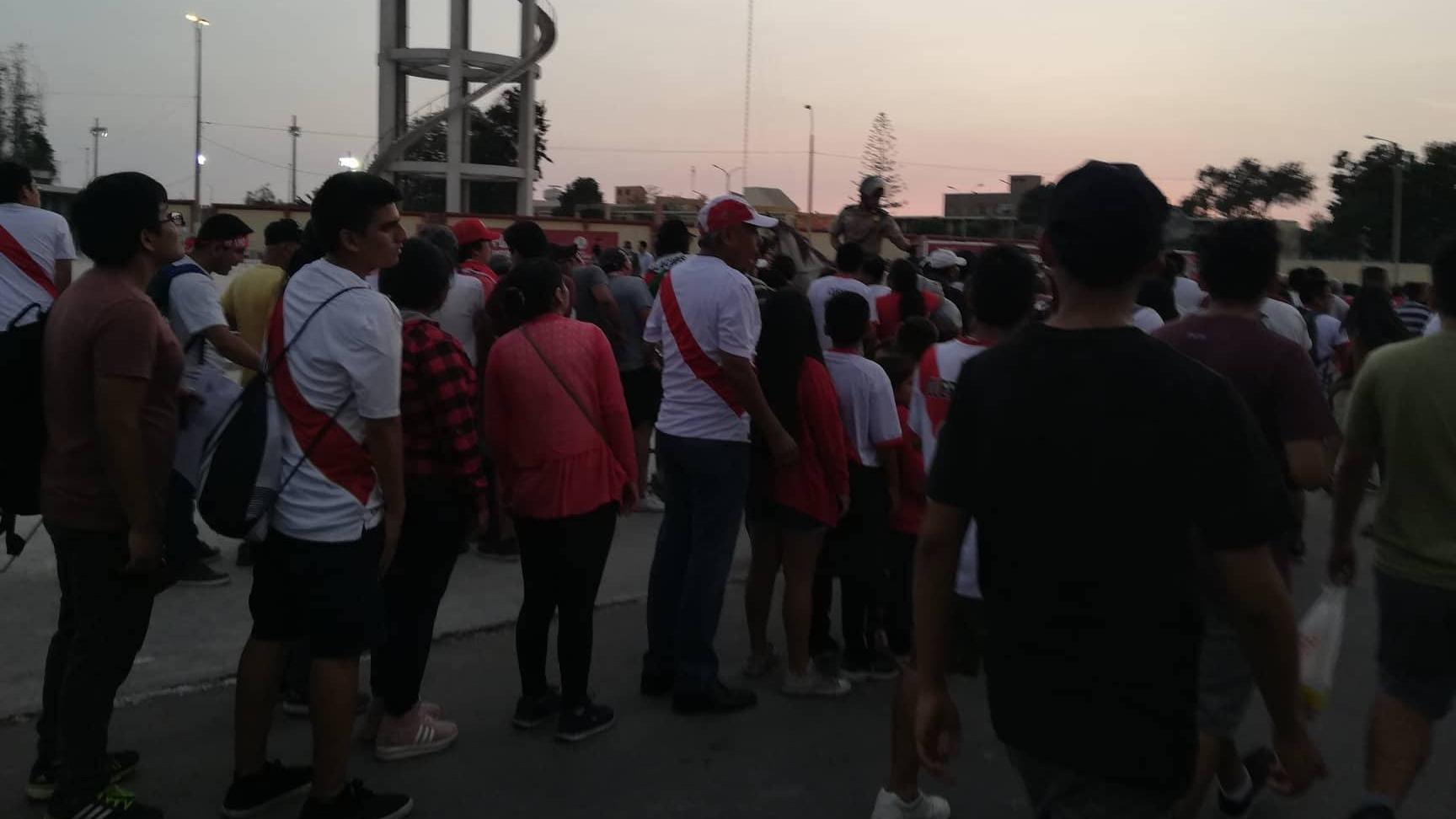 Grandes colas se formaron alrededor del estadio de San Marcos