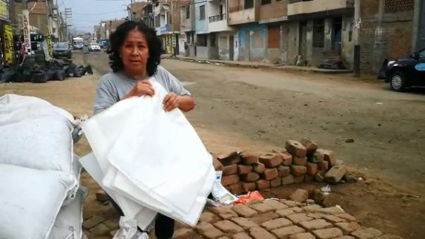 Vecinos siguen comprando sacos para proteger sus viviendas.