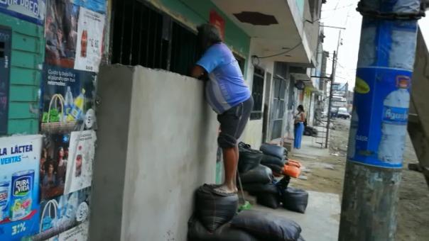 Una bodega construyó un muro y atiende solo por una parte a sus clientes.