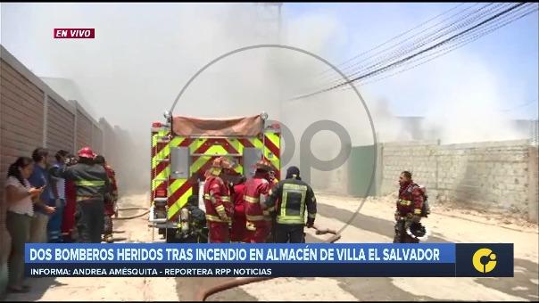 Mientras realizaban trabajos de extinción del fuego, los dos bomberos resultaron heridos por quemaduras, siendo conducidos al hospital de la zona.