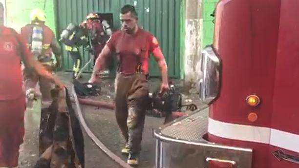 Los bomberos sufrieron quemaduras.