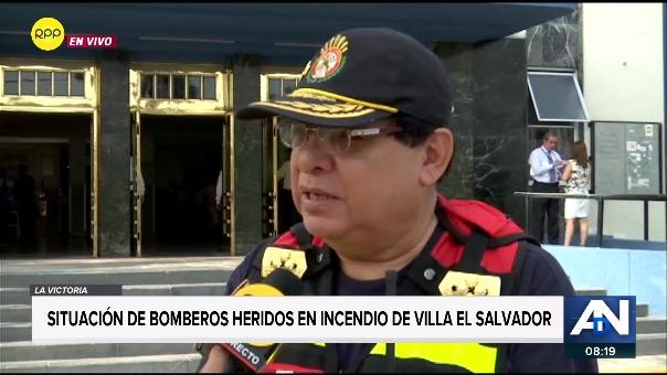 El comandante de bomberos, Andrés Ángeles, relató el momento en que ambos bomberos resultaron afectados por el fuego.