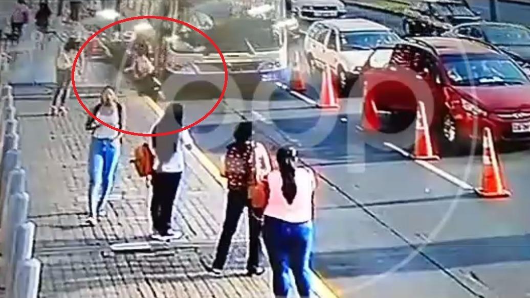 Tatiana Ponce Arellana pretendía abordar un colectivo informal y no se percató que un bus se aproximaba, ocasionando el accidente.