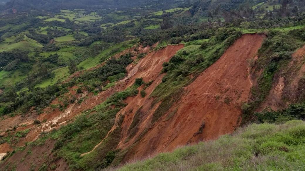Las intensas lluvias causaron el derrumbe de los cerros.