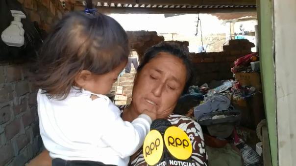Rosa Córdova lamenta entre lágrimas no contar con energía eléctrica por no tener dinero para instalar el medidor de luz.
