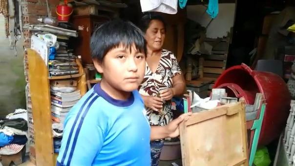 El pequeño dice que acostumbra hacer sus tareas afuera de su casa, siempre, por la falta de luz.
