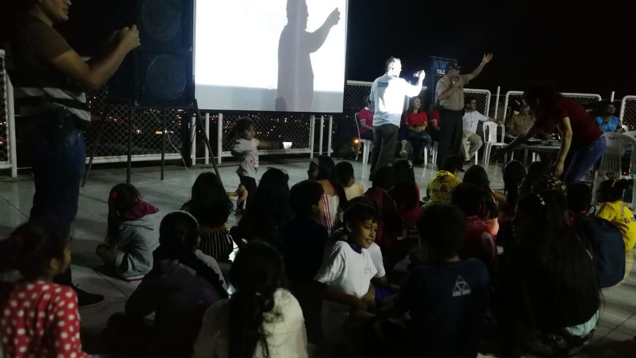 Niños disfrutaron de la proyección de la película El Lorax en una de las zonas consideradas como más peligrosas de El Porvenir.