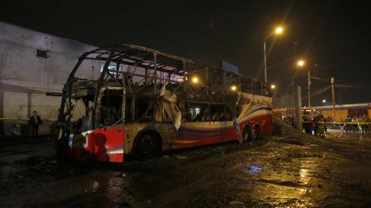 Incendio de bus en terminal dejó 17 muertos.