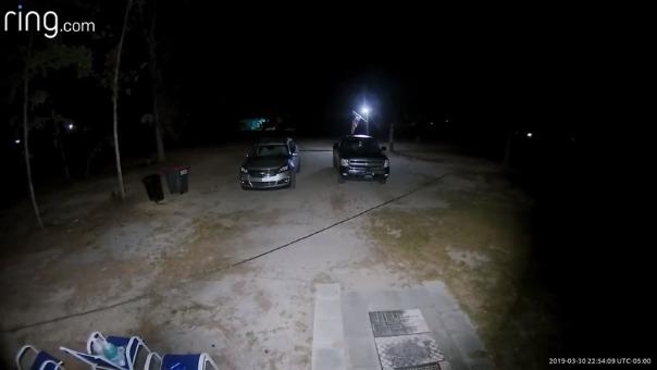 Lo que captó una cámara instalada en la puerta de un hombre en Florida.