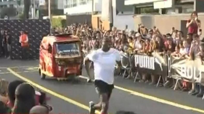 Muchas personas atendieron a esta carrera de Usain Bolt con una mototaxi,