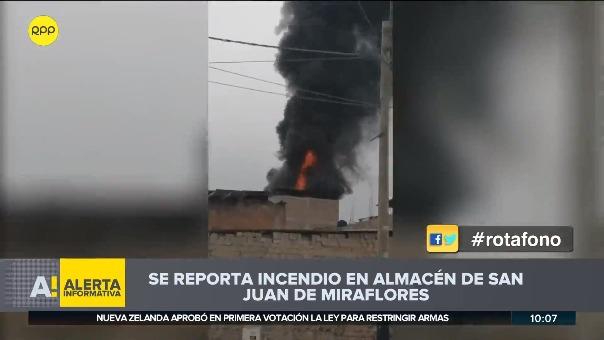 El fuego inició en el segundo piso del edificio familiar que era utilizado como almacén.