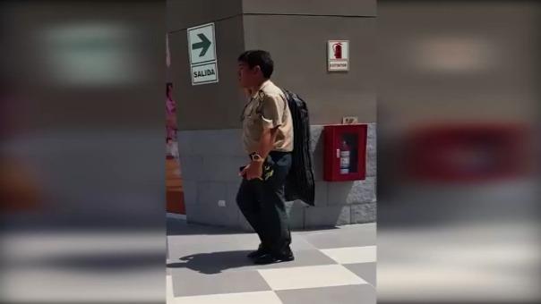 En el video se ve cómo el comisario deja el traje en la lavandería de un centro comercial.