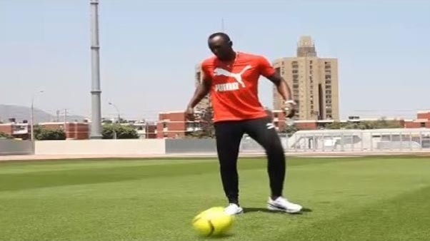 Usain Bolt jugando al fútbol en Lima.