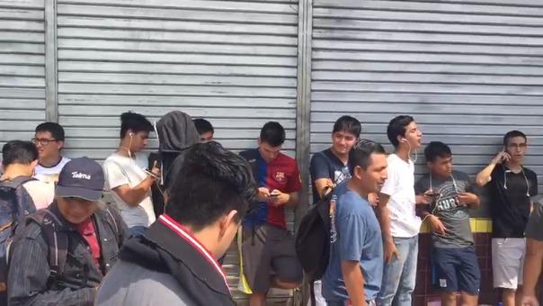 Decenas de fanáticos hacen cola afuera del Multicine Iquitos, a la espera de que comience la venta de entradas para el estreno de