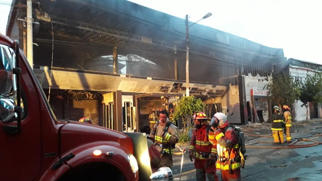Bomberos controlaron el fuego después de una hora de trabajo.