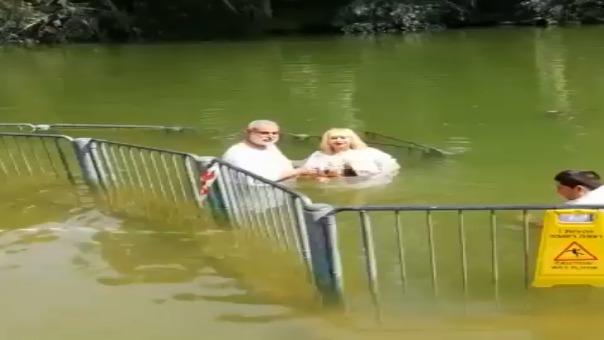 Susy Díaz bautizándose en el río Jordán.