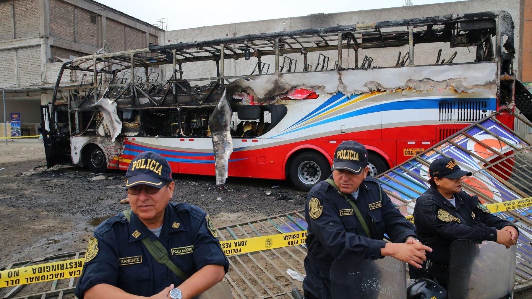 El bus se incendió en un terminal informal de Fiori y dejó 17 muertos.