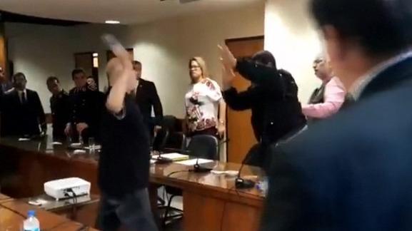 El legislador, identificado como Paraguayo Cubas y quien se declara anarquista, lanzó botellas con agua al uniformado y luego repartió los proyectiles a sus propios colegas, a los que acusó de corruptos.