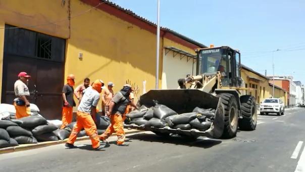 Los sacos son retirados con maquinaria edil del jirón San Martín, en el centro histórico de Trujillo.
