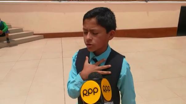 Ray Rodríguez, de 13 años, recomienda a los estudiantes interesarse en los poemas de Vallejo.