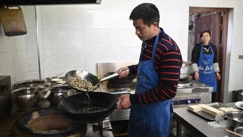 Li Bingcai sueña con convencer a sus contemporáneos de que coman cucarachas. Para ello colabora con un restaurante local.