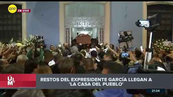 El atáud de Alan García llega a la sede del Partido Aprista.