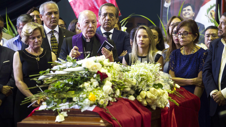 El cardenal Juan Luis Cipriani rindió homenaje al expresidente Alan García.