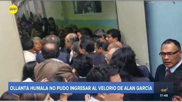 Simpatizantes apristas bloquean la entrada del Aula Magna e impidieron el ingreso de Ollanta Humala.