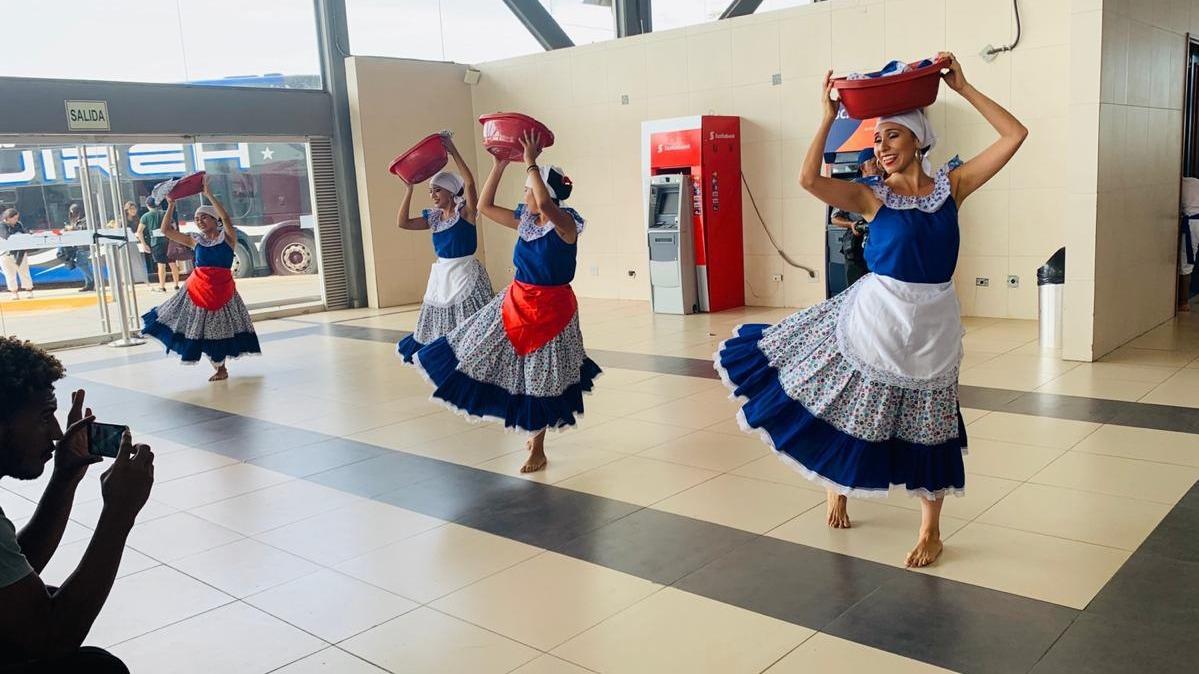 Danzas típicas reciben a los visitantes.