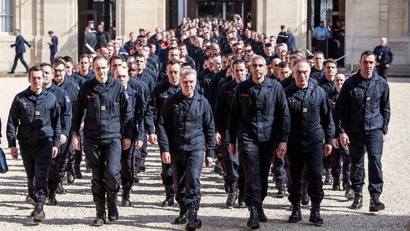 Emmanuel Macron anunció que condecorará a los bomberos que apagaron el incendio en Notre Dame.