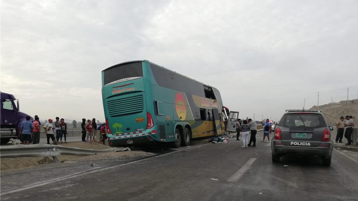 El bus impacto contra el muro de contención de cemento del puente Huaura.