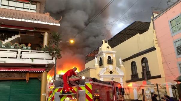 Varias unidades del Cuerpo de Bomberos atienden la emergencia en el centro de Lima.