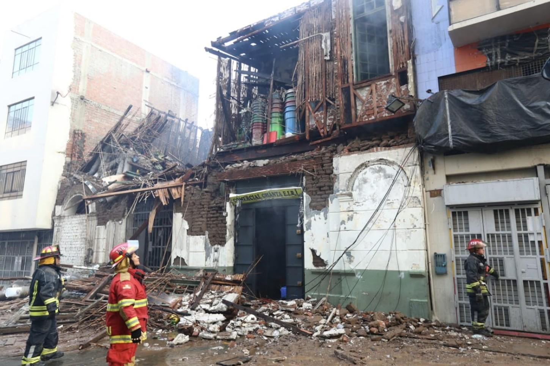 El incendio de Código 4 que afectó la zona comercial de Mesa Redonda, fue atendido por unas 50 unidades del Cuerpo General de Bomberos Voluntarios del Perú.
