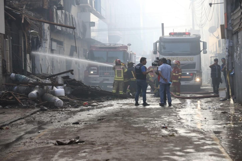 La ministra de Salud, Zulema Tomás, informó que tres personas, una mujer y dos bomberos, reciben atención médica tras resultar heridos, aunque no de gravedad,