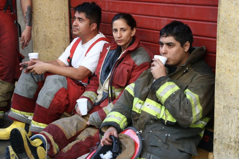 Un grupo de bomberos descansa luego del trabajo realizado en Mesa Redonda. Apagar el fuego tomó más 14 horas.