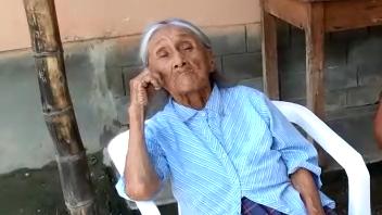 Anciana de 100 años espera contra con su primer DNI