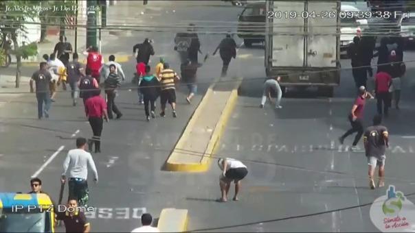 Momento en que se produce el ataque contra los fiscalizadores de la Municipalidad de Surco.
