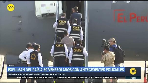 Así fue el traslado al avión del al Fuerza Aérea de los venezolanos deportados.