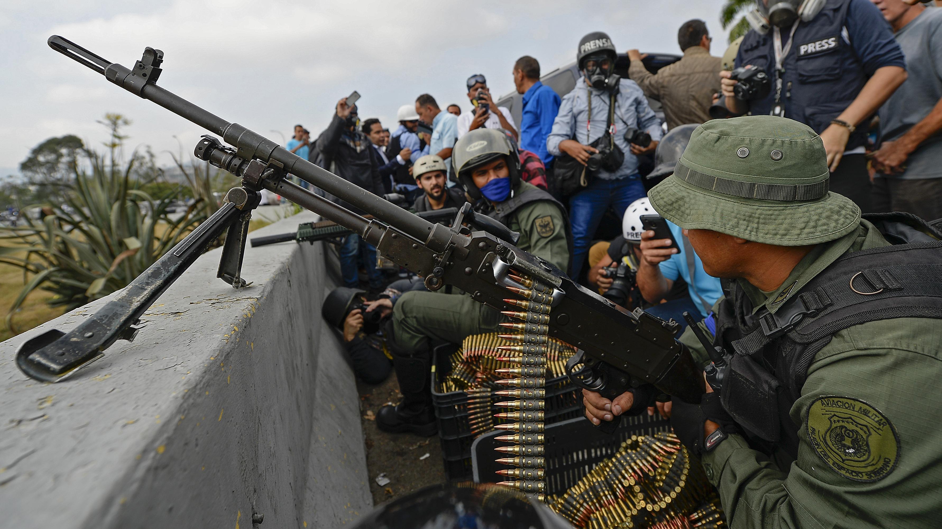 Militares y civiles se enfrentan a las fuerzas represivas del chavismo.