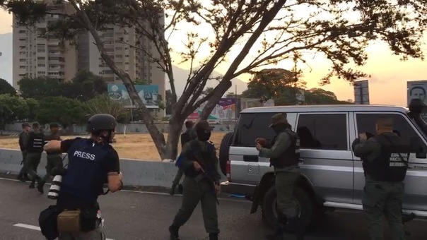 Militares leales a Juan Guaidó apostados cerca al cuartel La Carlota en Caracas.