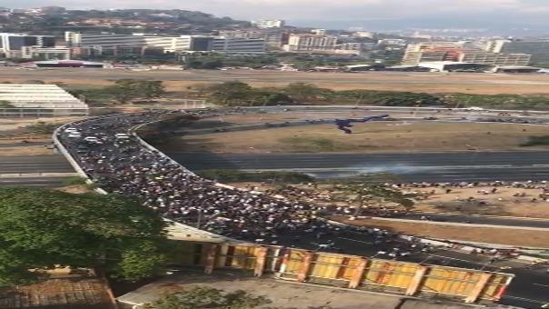 Cientos de venezolanos marchan hacia La Carlota por la Distribuidora Altamira, mientras avanzan se escuchan detonaciones y disparos.