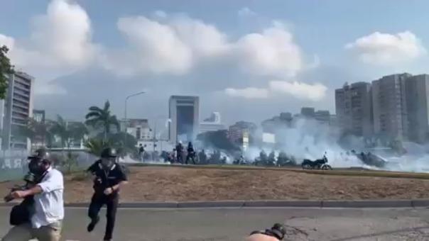Gases lacrimógenos y disparos en una plaza de Caracas.