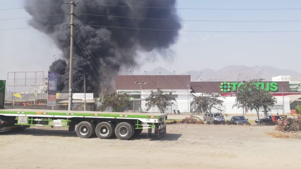 Ocho unidades de los bomberos atienden la emergencia.q