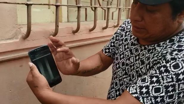 Padre de familia muestra las placas del brazo de su hijo