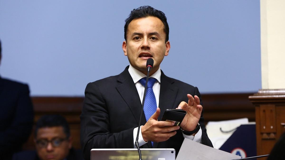 Richard Acuña involucrado en un presunto caso de conflicto de interés.