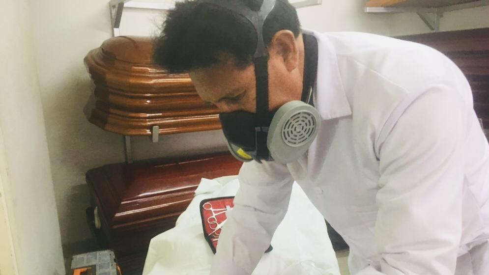 David Valdez, se dedica a la tanatopraxia en la funeraria San José de Arequipa.