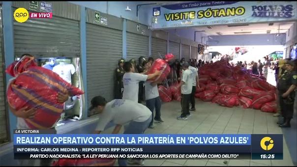 Operativo contra la piratería en el Centro Comercial Polvos Azules.